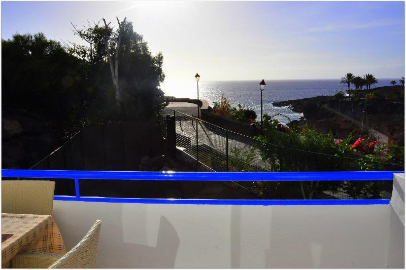 Вид из комнаты на океан острова